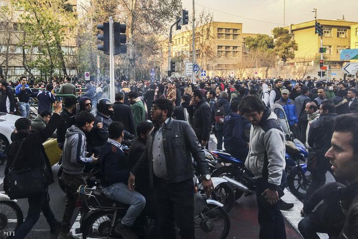 A növekvő árak miatt tiltakozó emberek az iráni kormány ellen tüntetnek Teheránban 2017. december 30-án