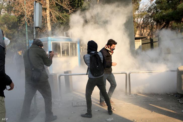 Tüntető diákok a Teheráni Egyetem előtt 2017. december 30-án