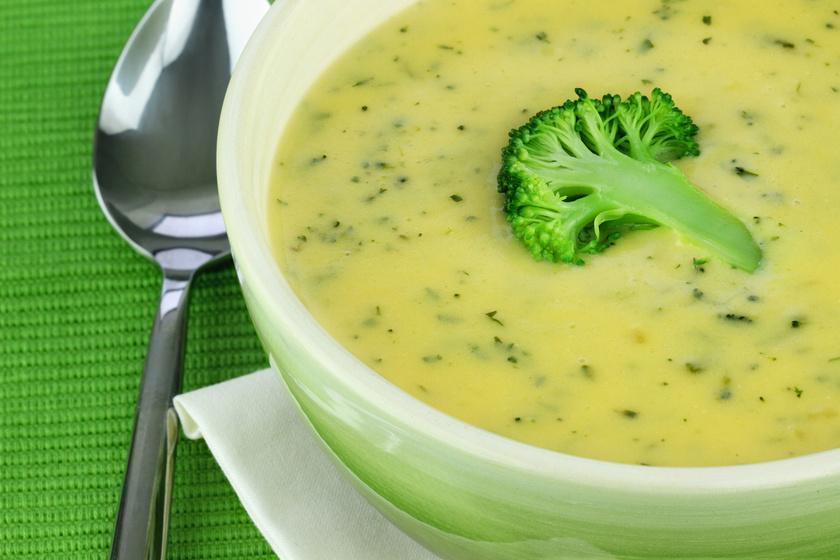 A brokkoli az egyik legjobb csodaszer, ha fogyni szeretnél. Könnyen beindíthatod vele a zsírégetést, ráadásul az apadó vitaminraktáradat is feltöltheted vele. A szuperzöldség krémlevesnek is kitűnő, dobd fel sajttal és kevés tejszínnel.