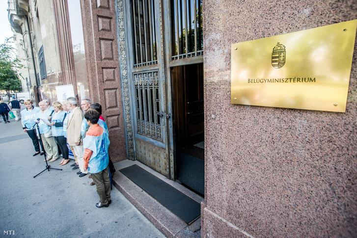 A Magyar Köztisztviselõk Közalkalmazottak és Közszolgálati Dolgozók Szakszervezetének (MKKSZ) az önkormányzatok napja alkalmából tartott sajtótájékoztatója és demonstrációja Budapesten a Belügyminisztérium épülete elõtt 2016. szeptember 30-án.