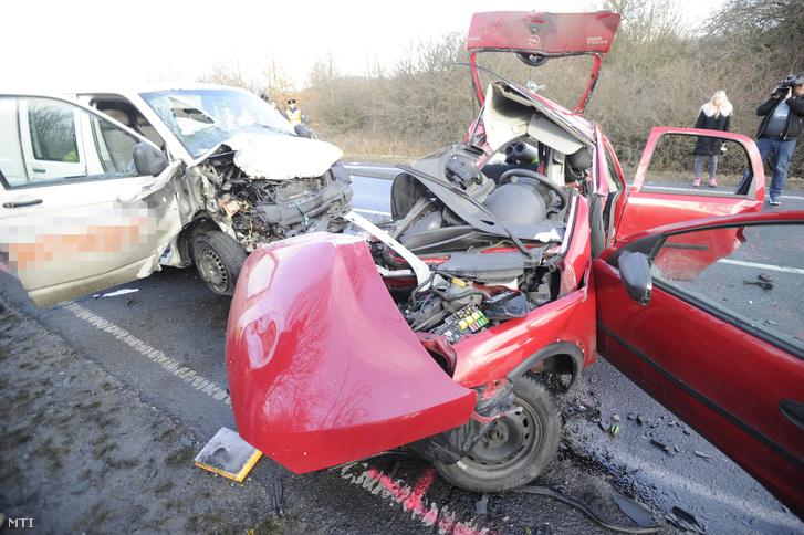 Összeroncsolódott autók a baleset helyszínén