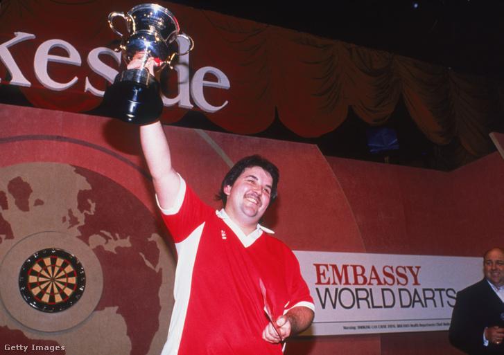 Taylor elős világbajnoki győzelmét ünnepli 1990-ben.