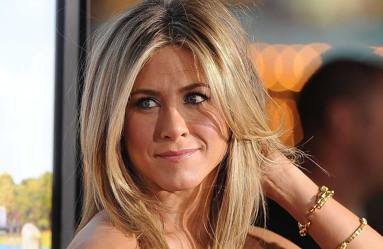 jennifer-aniston-piros-bikini-cover