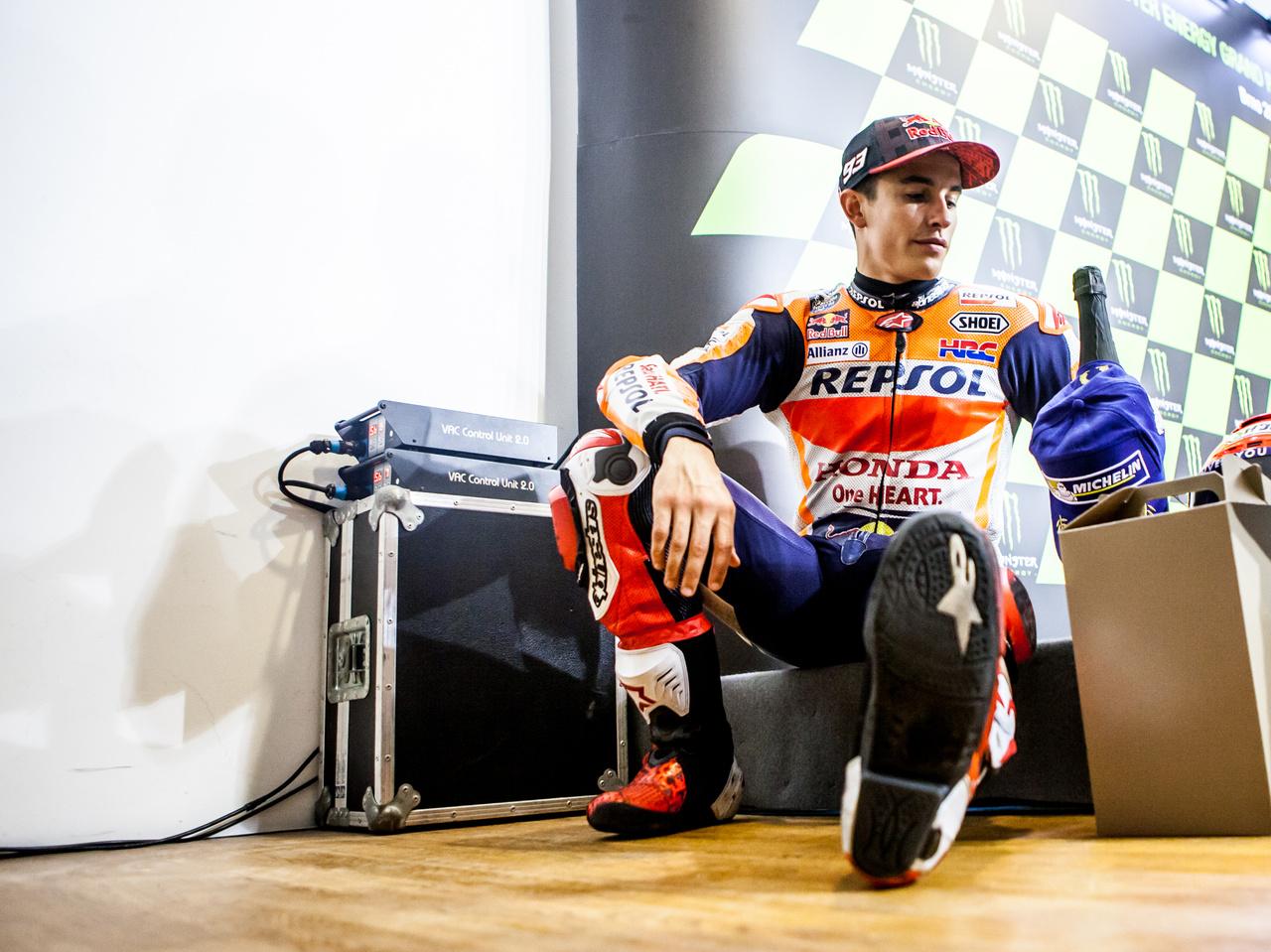 A világbajnok is ember. Márquez a sarokban ülve megvárta, míg sorra kerül, hogy kötelező jelleggel interjút adjon az egyik kiemelten kezelt spanyol televízió újságírójának