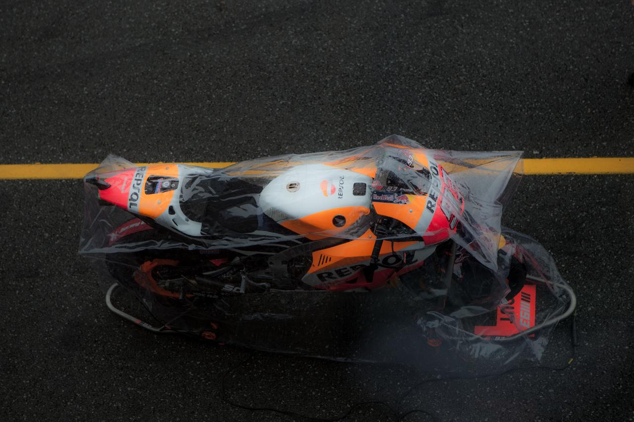 Egy fóliázott Repsol Honda csatára várva... eső esetén ő várta volna Márquezt
