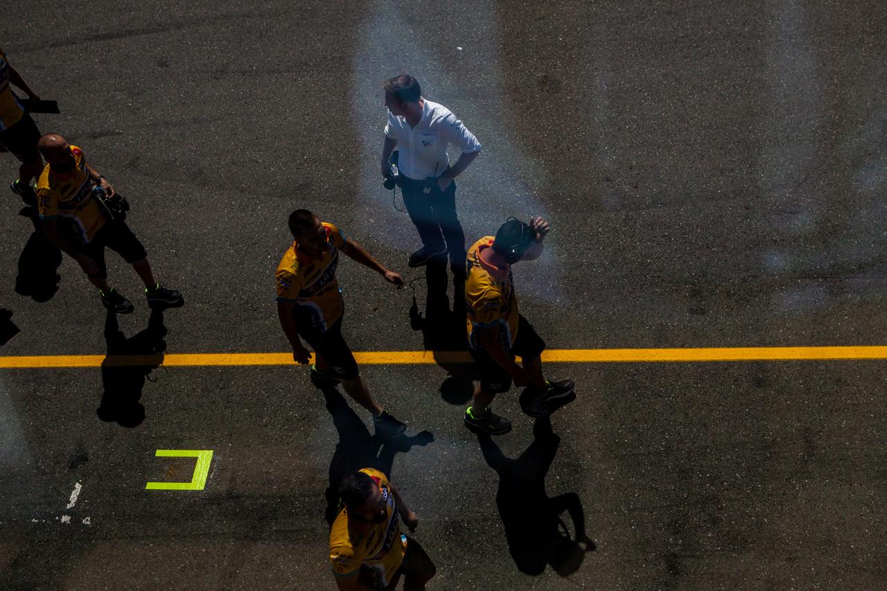 Azok ott nem méhek, hanem szerelők, a fehér inges, csípőre tett kézzel pedig Dylan, a MotoGP élő adások paddock tudósítója