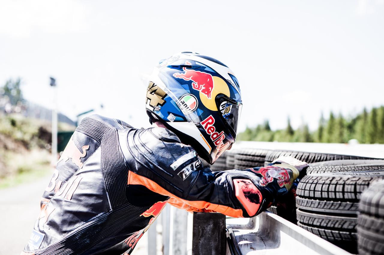 Pol Espargaro a kép elkészítése előtt és után olyan dührohamot kapott, hogy három méteres távolságból mertük csak figyelni az eseményeket. Egyébként szépen motorozott a KTM-mel, és viszonylag kiegyensúlyozott teljesítményt mutatott