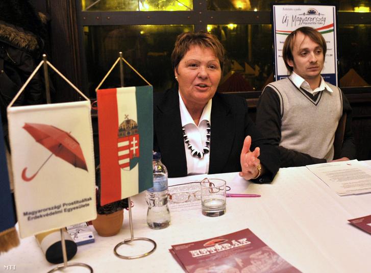 Földi Ágnes a Magyarországi Prostituáltak Érdekvédelmi Egyesületének elnöke és Szabó András az egyesület projektmenedzsere a szexmunkások világnapja alkalmával sajtótájékoztatót tart 2009 december 17-én.