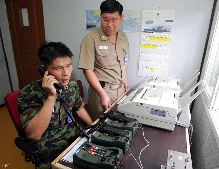 2005-ös fotó: dél-koreai katonatisztek beszélnek észak-koreai kollégáikkal telefonon a két ország közötti demilitarizált zóna közelében lévő támaszponton