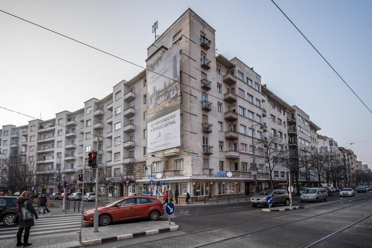 Belloni Nándor már a saroképület tervezésekor eldöntötte, hogy a mai Bartók Béla út 60. szám alatt egy szórakozóhelyet fog kialakítani.