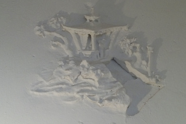 Ennyi maradt mára a dizájnból: kínai pagodát ábrázoló, lemeszelt stukkó az egykori bejáratnál/