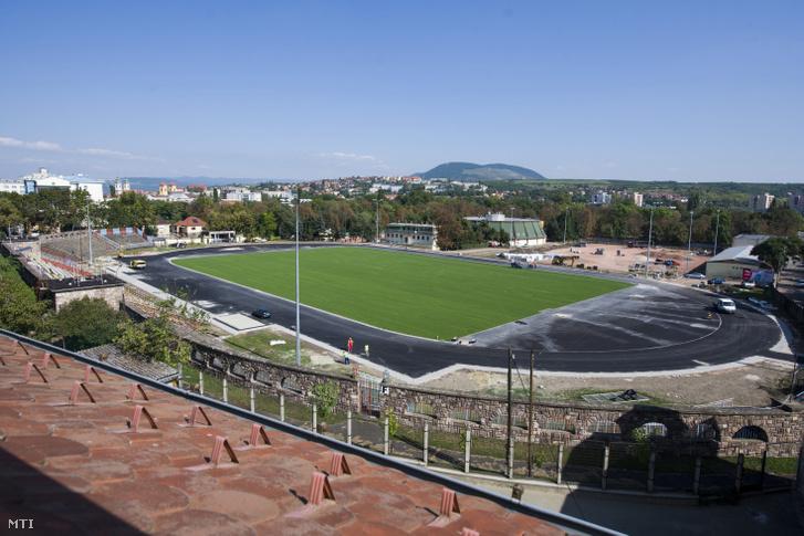 Az egri Szentmarjay Tibor Városi Stadion 2016. szeptember 20-án. A létesítmény a kapcsolódó beruházásokkal együtt mintegy nettó 350 millió forintból újult meg.