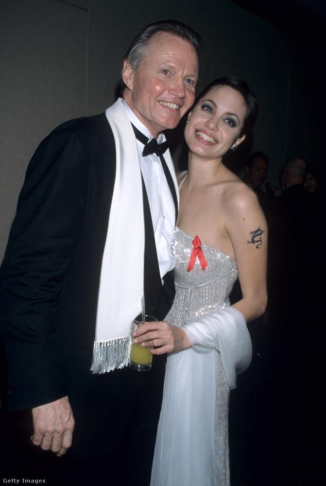 Nem, John Voight nem a párja, sokkal inkább az apja Angelina Jolienak