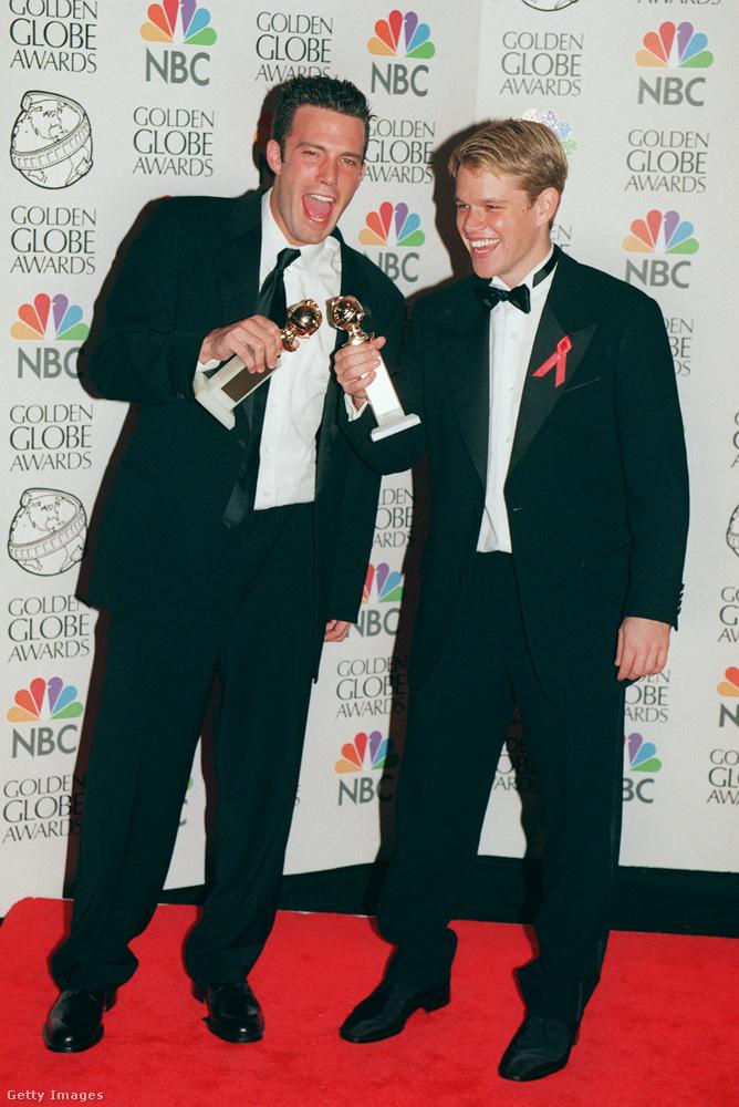 Ben Affleck és Matt Damon a Good Will Hunting forgatókönyvéért kapta a szobrot, amivel örömükben koccintottak is