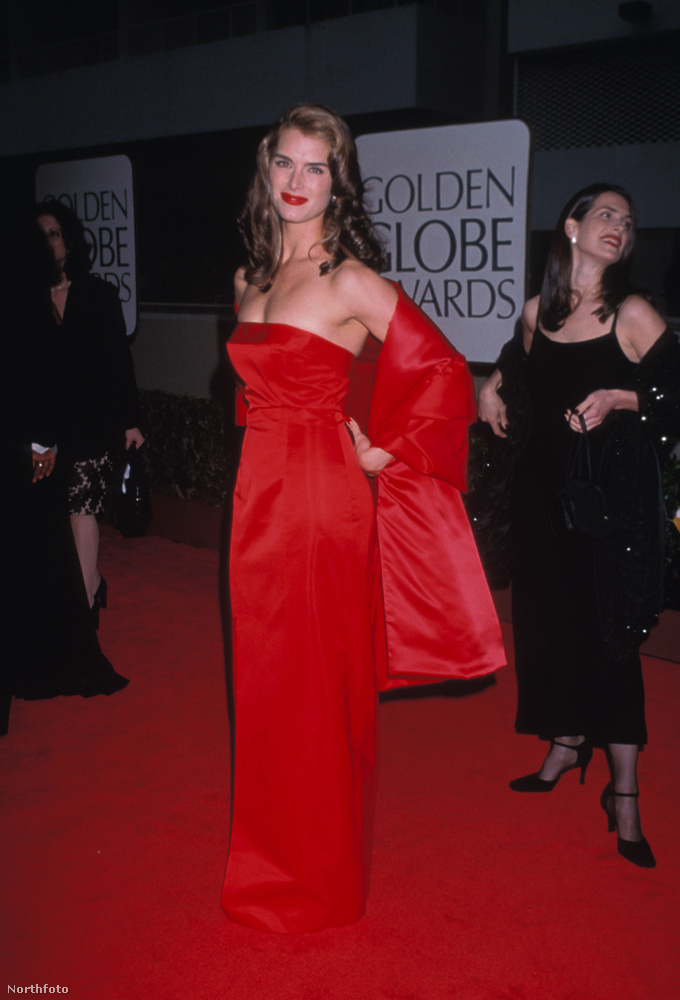 itt pedig Brooke Shields-et, aki egyedüli volt abból a szempontból, hogy végre fekete helyett rikító piros ruhában jelent meg az eseményen
