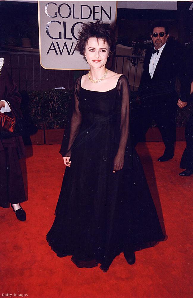ezen pedig Helena Bonham Carter, aki a kilencvenes évek végefelé, tehát ekkortájt már éppen elkezdte levetkőzni a tőle megszokott naiva-karaktert, és inkább fura vamp-stílusra váltott.