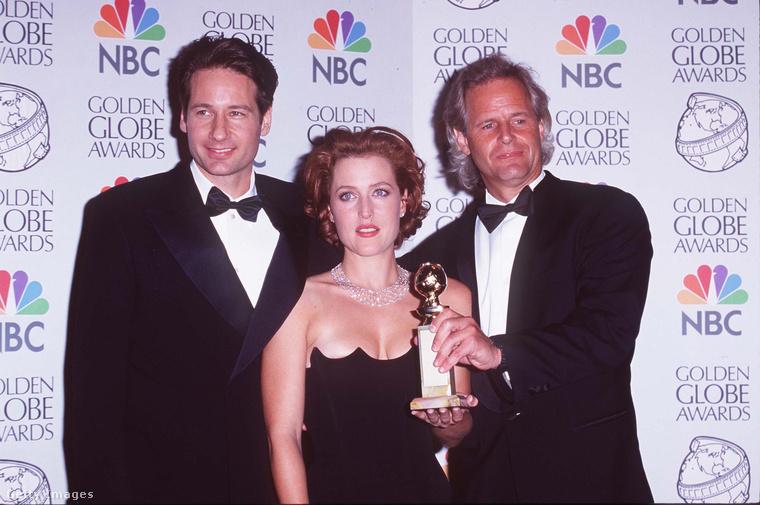 1998-ban a legjobb televíziós sorozat díját az X-akták nyerte, képünkön a két főszereplőt, David Duchovnyt, Giliian Andersont és a producert, Chris Cartert láthatja