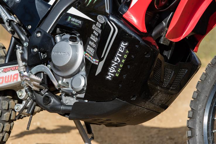 A blokk a CBR250-ből származik, utcai motorhoz tervezték. A A sportendurók rövidebb löketűek, sokkal nagyobb a kompressziójuk - ennek 10,7:1, a CRF250R-nek pedig 13,9:1