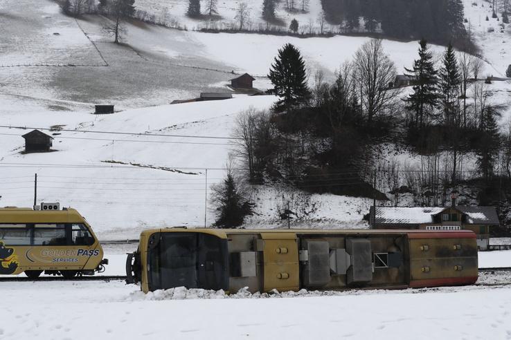 Svájcban a montreux-i vonalon egy vasúti szerelvény dőlt le a sínről. A balesetben többen megsérültek.