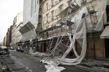 Párizs 17. kerületében egy épület állványzatát döntötte le a szél.