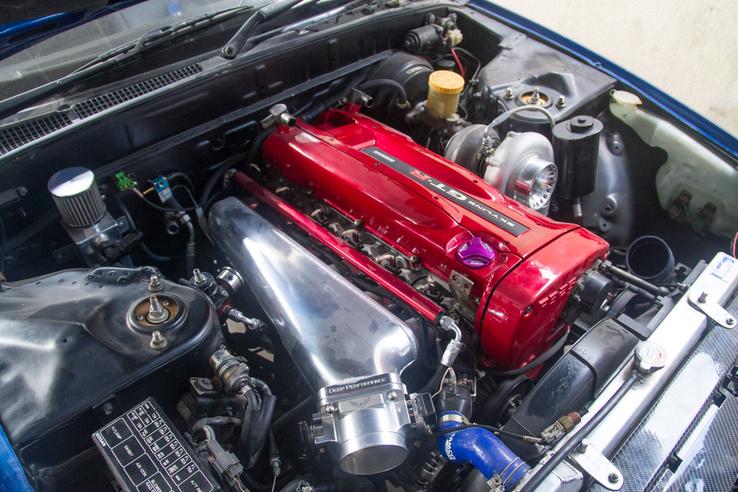 Kivételesen egy RB motor egy Nissanban, ennek a másik oldalán van a szívósor