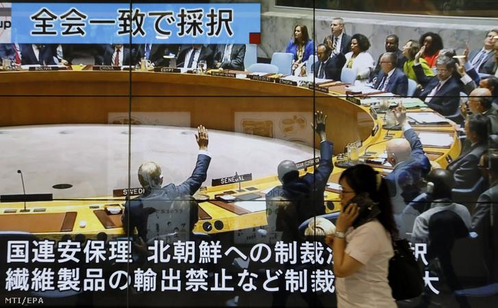 Az Észak-Korea elleni újabb szankciókról szóló ENSZ BT-szavazást közvetítik utcai tévéképernyőn Tokióban 2017. szeptember 12-én.