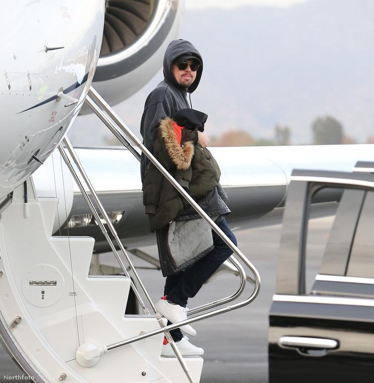 Egyébként nem meglepő, hogyLeonardo DiCapriopróbál felismerhetetlen maradni az aspeni síelésből hazafelé jövet, ugyanis ő gyakran hangoztatja, hogy mennyire kell küzdeni a környezetszennyezés ellen, mégis magánrepülővel ment el kikapcsolódni.