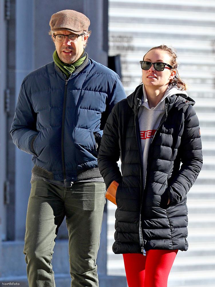 New Yorkban legalább tényleg sütött a nap, bár éppen rendkívül hideg van.Olivia Wildemindenesetre napszemüvegben ment sétálni Jason Sudeikisszel.