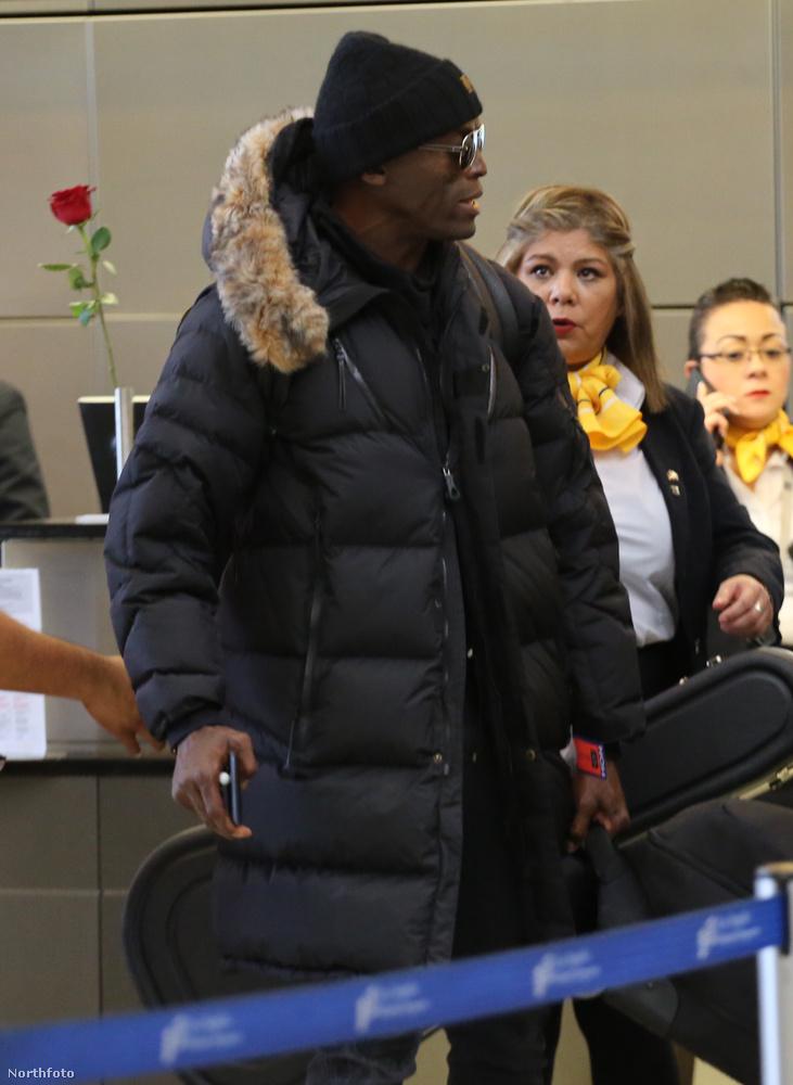 Jaaa, ezSeal!Ahogy nézzük, a mögötte álló nő is felismerte, hogy ki a bent is napszemüvegben-sapkában sorban álló idegen
