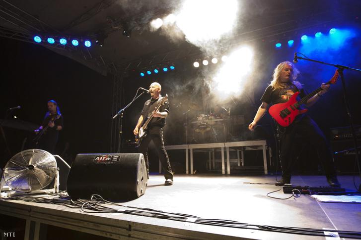 A Kárpátia zenekar koncertje az Erdélyi Magyar Ifjak (EMI) egyesület által szervezett 9. EMI-táborban a székelyföldi Borzonton 2013. augusztus 9-én.