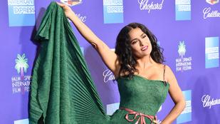 Salma Hayek nem tudott betelni saját mélyzöld ruhájával