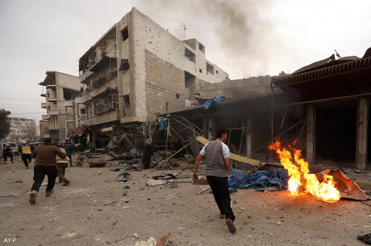 Légicsapás elől menekülnek Maaret al-Numanban