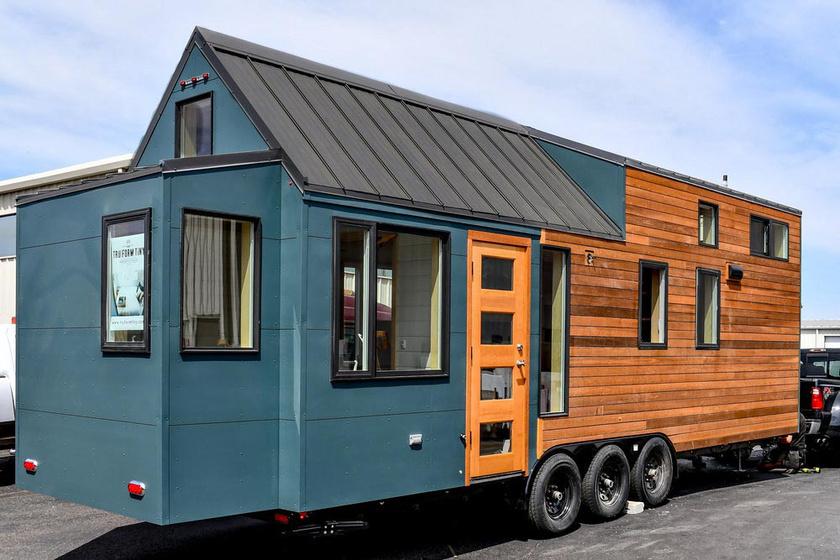 Payette Urban fantázianéven alkotta meg konténerházát a texasi TruForm Tiny tervezőcég. A lakás csak 30 m², de a belső kialakítás nagyon praktikusra sikerült.