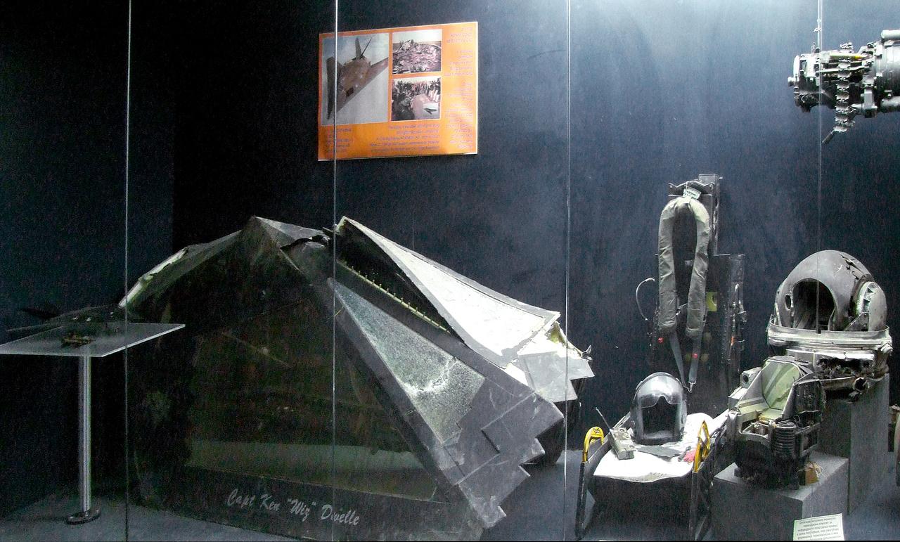 A belgrádi repüléstörténeti múzeum tárlója a Szerbia fölött lelőtt F-117-es darabjaival. A kabintetőre Ken 'Wiz' Dwelle százados neve van festve, de a gép pilótája Dale Zelko ezredes volt, aki sikeresen katapultált a találat után a gépből, majd amerikai kommandósok mentették ki az ellenséges területről. Dani Zoltán és Dale Zelko évekkel később személyesen is találkoztak és barátokká váltak.
