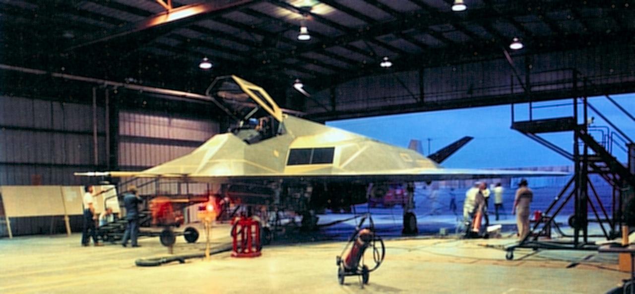 1981. júniusában repült először a Nighthawk . A képen az első tesztgép, a 79-10780-as számú Scorpion 1 látható még a hangárban, felszállás előtt.