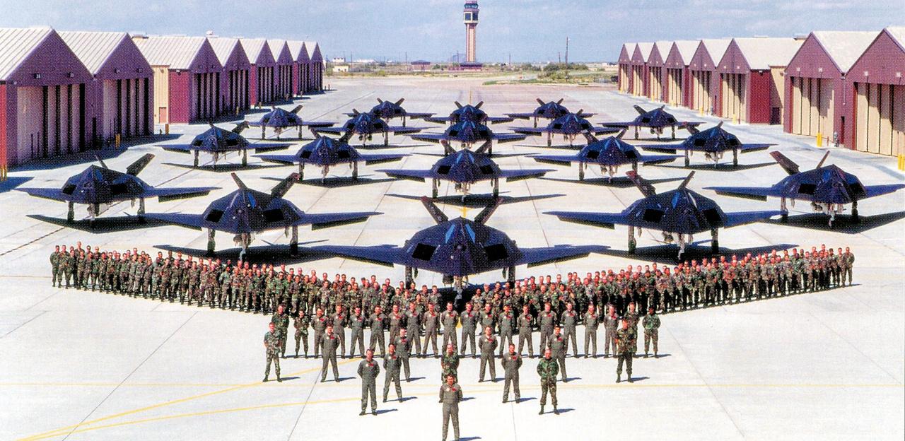 1992: a Holloman légibázis 18 lopakodója szemlén.
