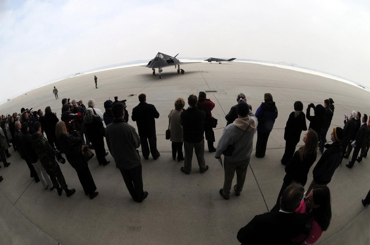 2008. március 11. Ünnepség (Nighthawk Farewell Ceremony ) a szolgálattól búcsúzó F-117-esek tiszteletére a Wright-Patterson légibázison.
