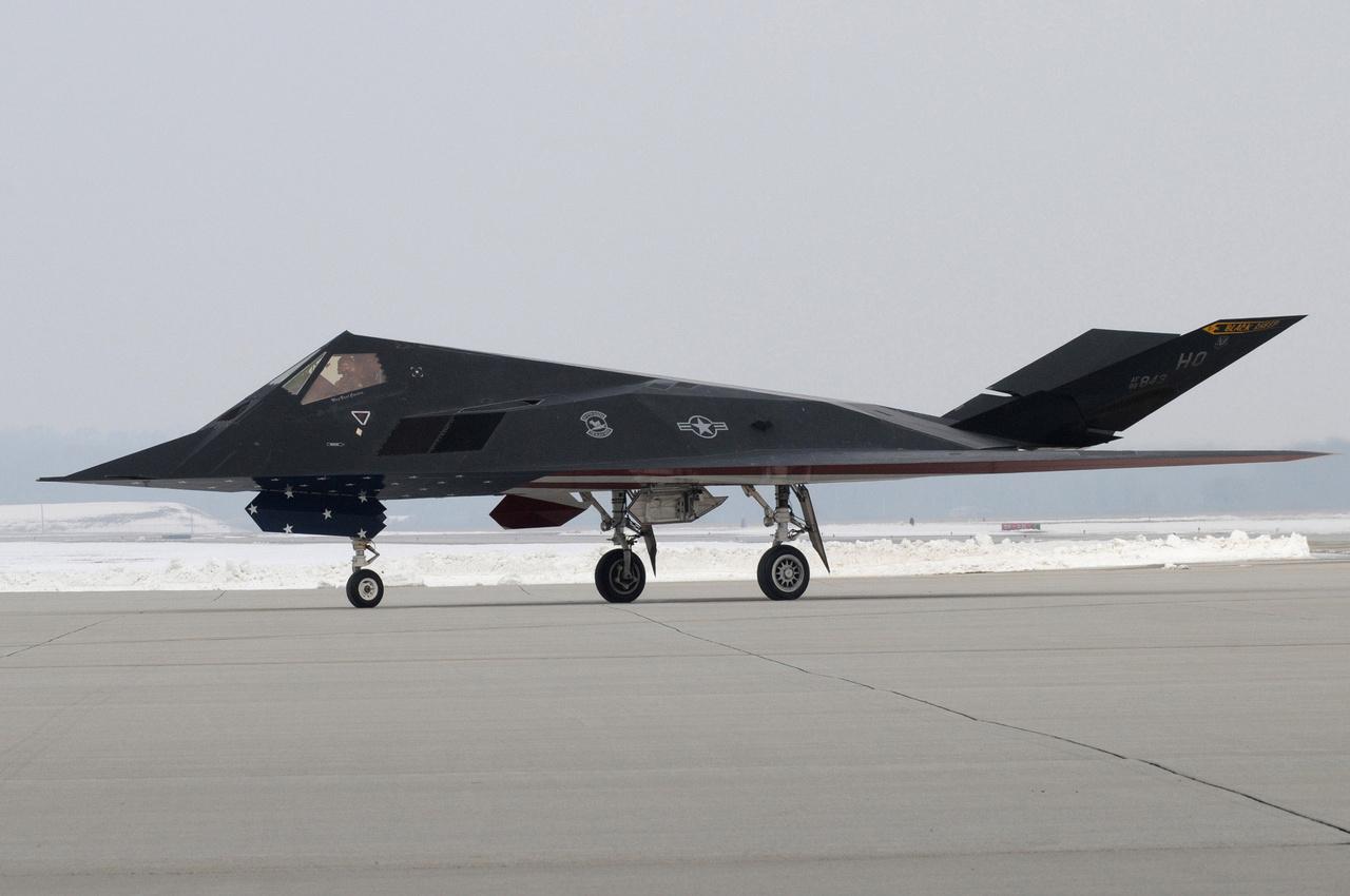 2008. március 11. Szolgálattól búcsúzó F-117-es a Wright-Patterson légibázison. Érdemes elidőzni a gép alakján: sok furcsa repülőgép született már a történelemben a dizájnerek, mérnökök tervezőasztalain, de ehhez hasonló egy sem.
