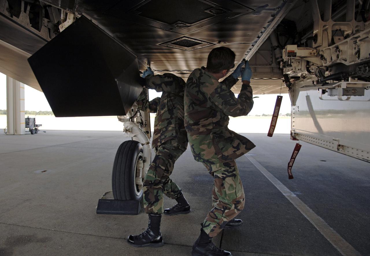 Repülés előtti karbantartás a Langley légibázison.