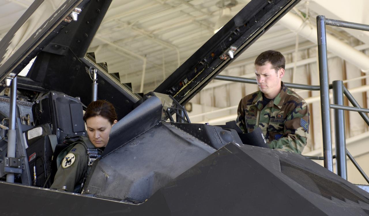 2006. október 28. Christina Szasz, magyar származású amerikai vadászpilóta felszálláshoz készülődik a Holloman légibázis egyik F-117-esének pilótafülkéjében. A százados apja a haditengerészet soraiban szolgált, nagyapja pedig 1956-os forradalmár volt, aki nyolc évet ült börtönben a forradalom leverése után. Christina Szasz a légierő több géptípusát is repülte már, közülük kétségkívül az F-117-es volt a csúcs.