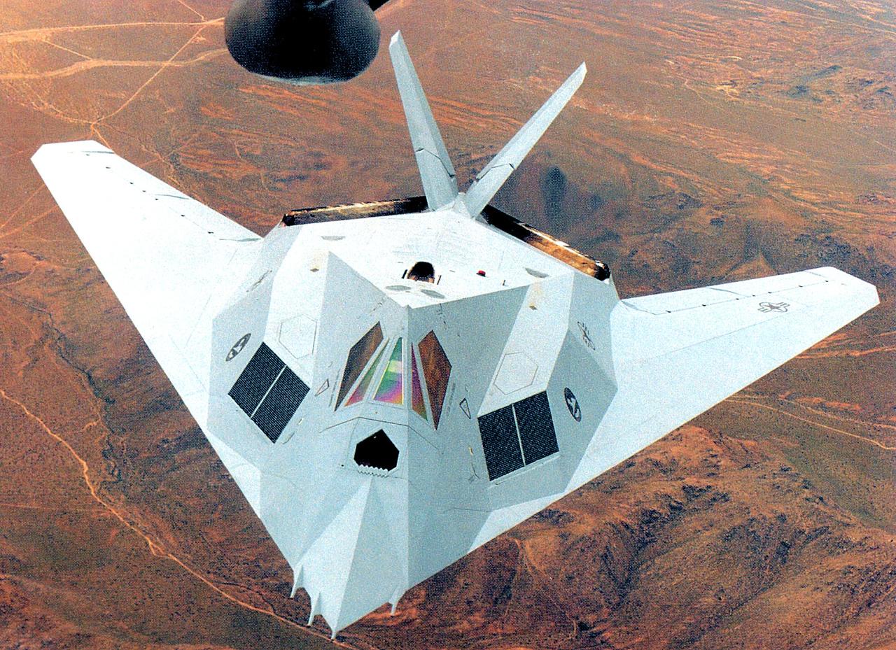 1986-ban kísérleteztek szürke festéssel is, ami később az F-22-es raptor lopakodó vadászgépeken jelent meg állandó jelleggel. A képen a 79-7082-es számú F-117 látható.