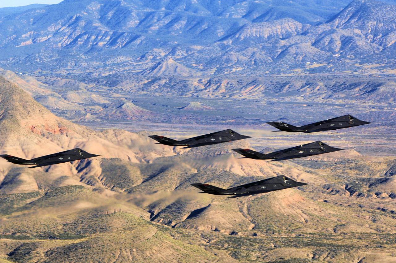 2006. október 27. Ünnepi kötelékrepülés Új-Mexikó fölött. A Holloman légibázis F-117-esei ekkor ünnepelték a géptípus 25. születésnapját, egyben a 250 000. repült óráját.