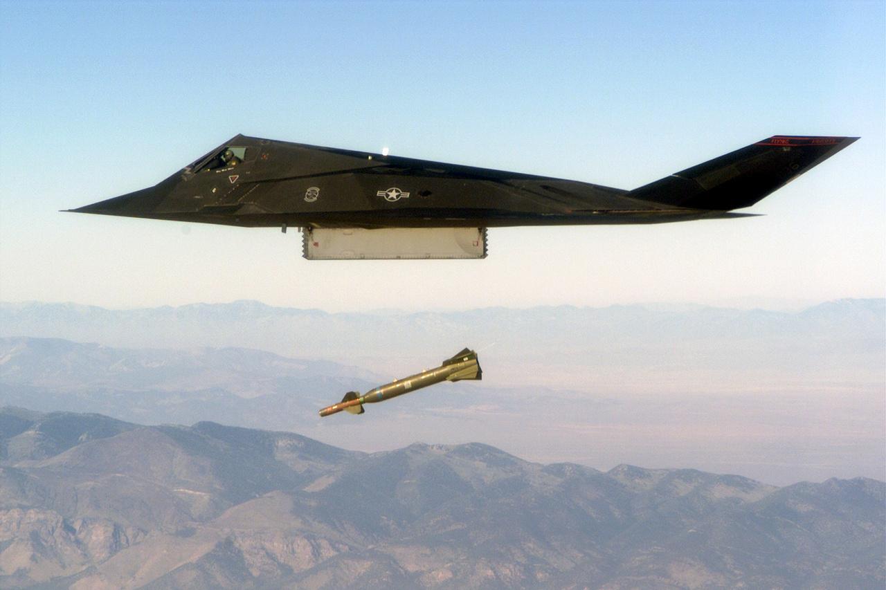 A GBU-28 irányított bomba volt a lopakodó egyik fő fegyvere földi célpontok ellen.