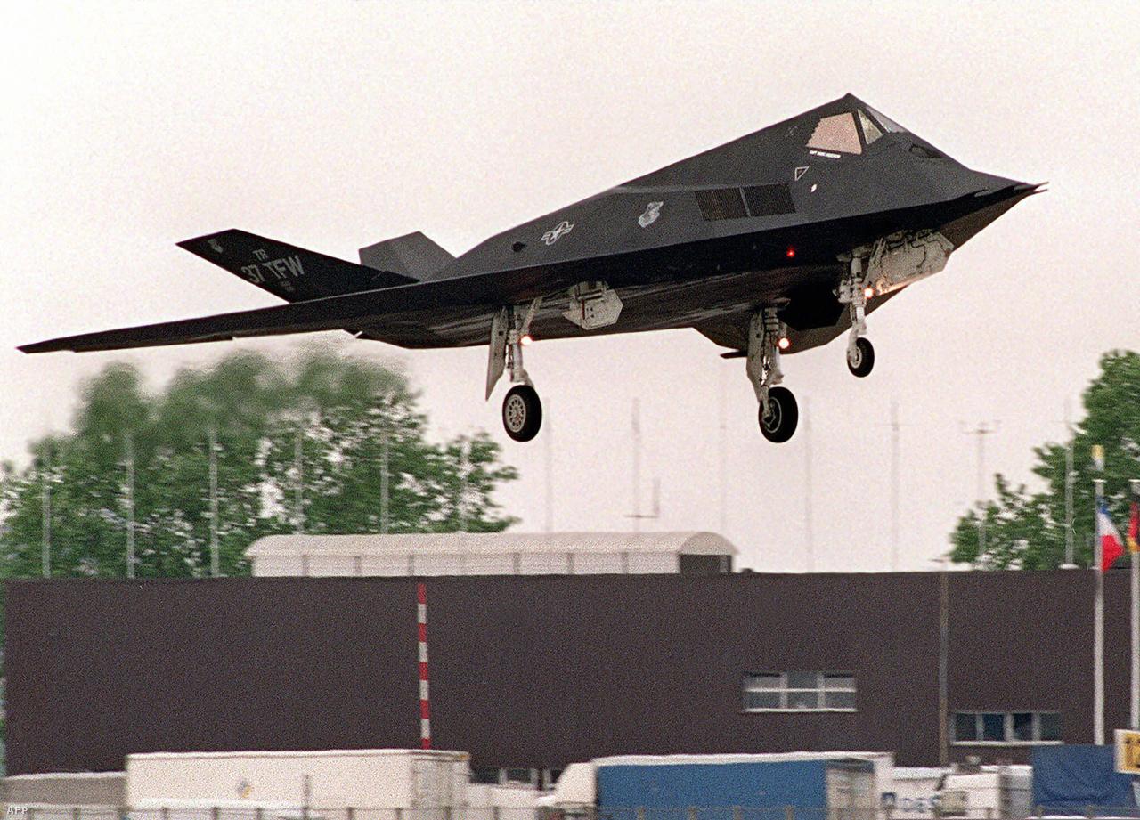 1991. június 11. A párizsi Le Bourget repülőtéren landol egy lopakodó. Bill Clinton hat F-117-est vezényelt Kuvaitba, hogy nyomást gyakoroljon az ország egy részét megszálló Irakra.