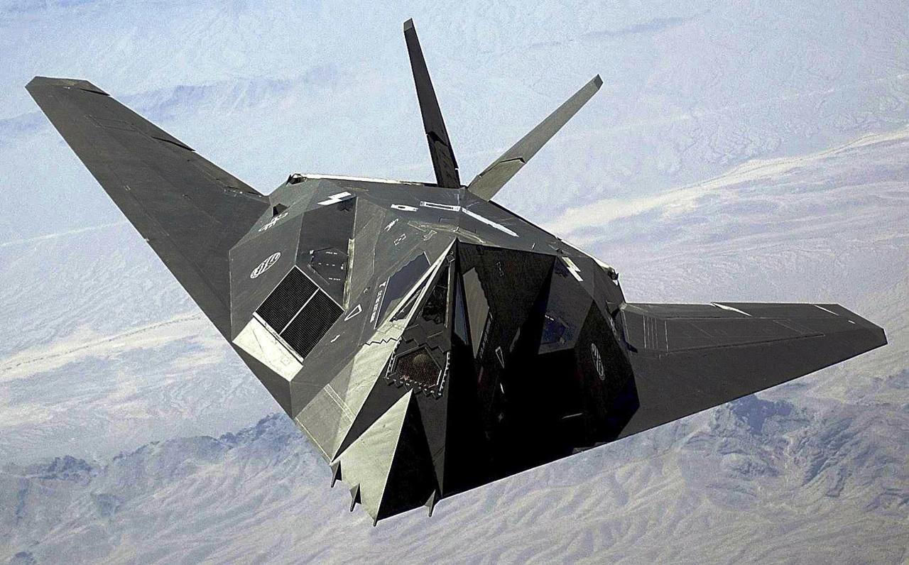 2003. F-117 Nighthawk a Nevada sivatag fölött.