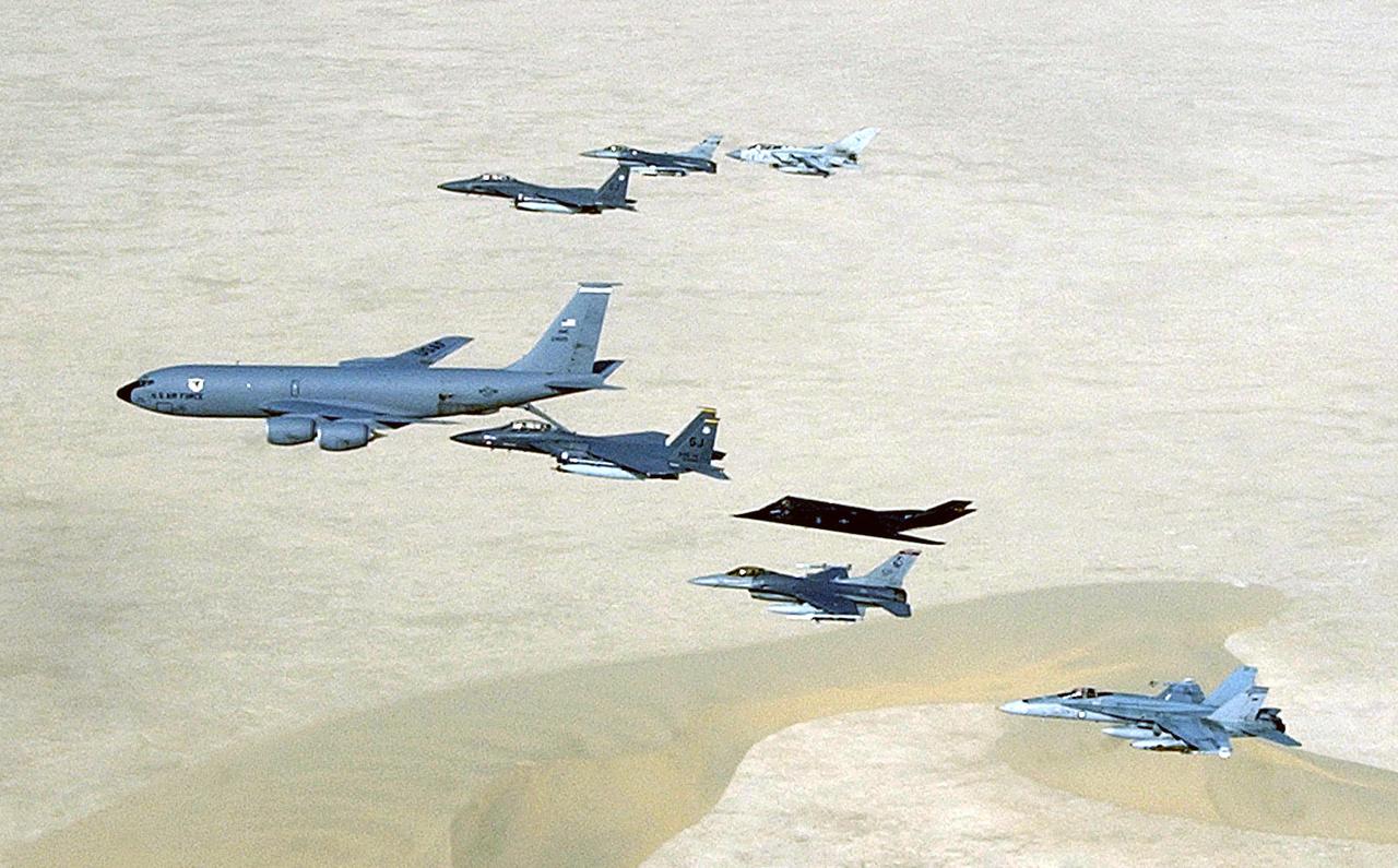 2003. április 14. Iraki háborús pillanatkép: F-117-essel kiegészült koalíciós kötelék Délnyugat-Ázsia fölött.