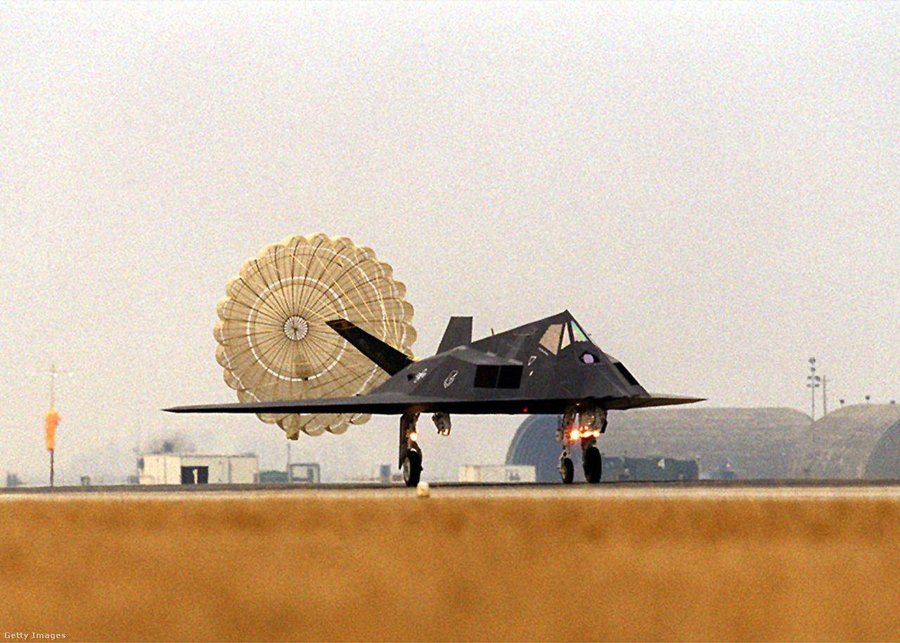 1999. február 21. F-117-es landol az olaszországi Aviano légibázison, hogy részt vehesen a tavaszi Jugoszlávia elleni NATO-légicsapásokban.
