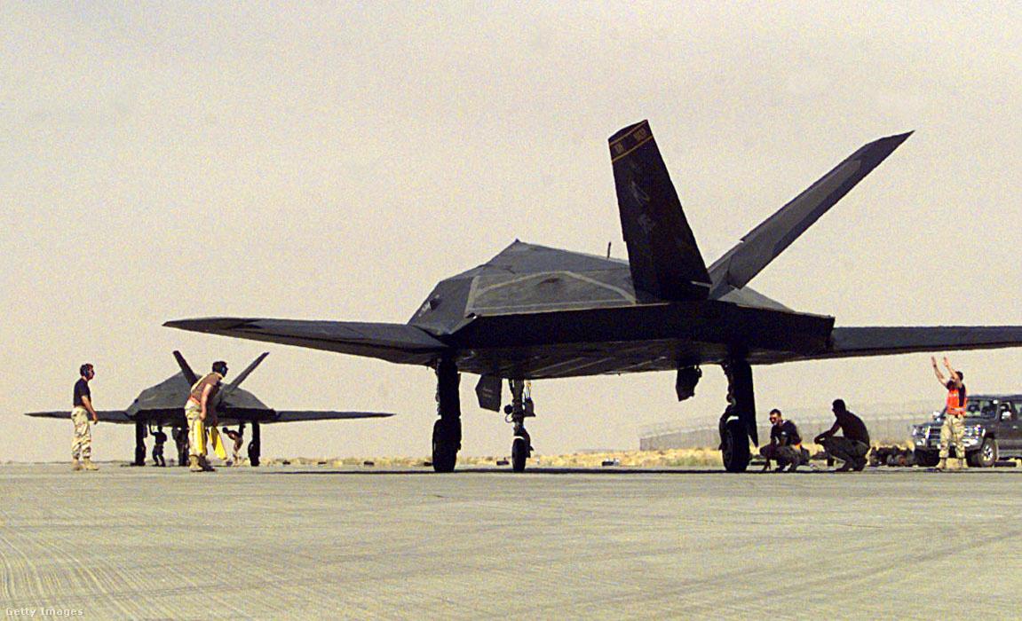 1998. június 6. A Holloman légibázis F-117-esei Kuwaitba készülnek, hogy részt vegyenek egy hadgyakorlatban.