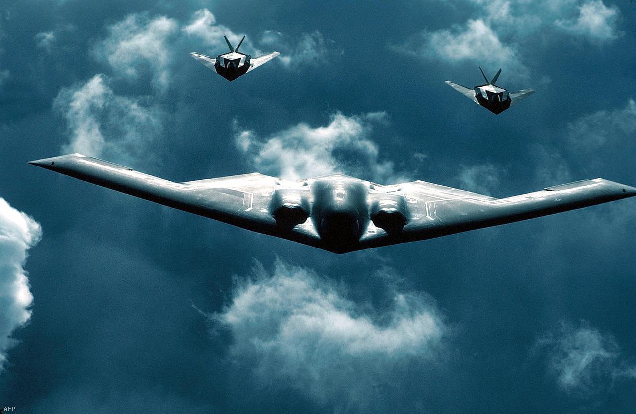 2000. július 19. Két F-117-es kísér egy B-2 lopakodó bombázót.