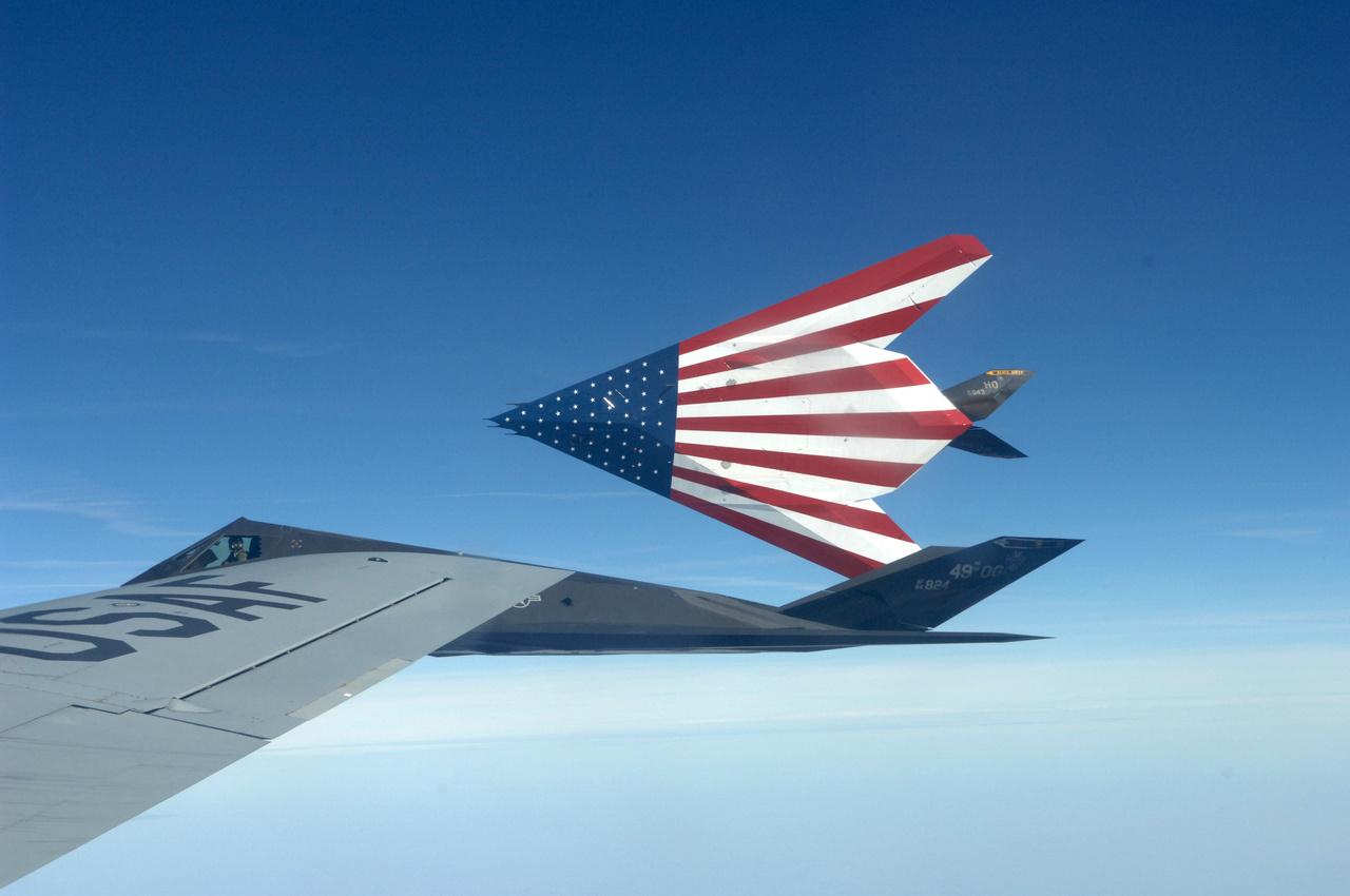 2008. március 12. A Holloman légibázis egyik búcsúzó F-117-ese mutatja ünnepi festést kapott hasát.